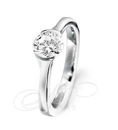 El solitario modelo CLOE es un solitario de diseño sencillo, basado en un engaste muy sutil y elegante del diamante talla brillante central. Este anillo está elaborado en oro blanco o amarillo, de Primera Ley, y es ideal tanto como anillo de compromiso, como solitario de uso cotidiano. Wedding Jewelry, Wedding Rings, Engagement Rings, Diamond, Pendant, Html, Weddings, Bride, Dresses