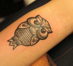dezente-tattoo-ideen-für-frauen-kleine-tätowierung-unterarm-uhu-eule-stilisiert-ideen