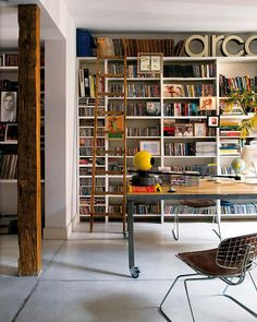 biblioteca em casa / home office / workspace + library Vintage Apartment, Library Wall, Library Ladder, Future Library, Library Design, Library Ideas, Interior Architecture, Interior Design, Home Libraries