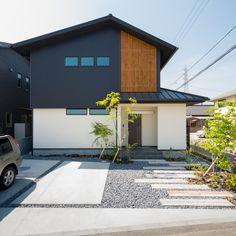 . シンプルながらも檜の格子と 引き戸の玄関で和の雰囲気を感じさせます。 . 窓の横のラインと縦のラインを 合わせることでスッキリとした印象に。 #外観 #ファサード #黒 #ガルバリウム #白 #塗り壁 #格子 #檜 #白黒 #切妻屋根 #玄関タイル #飛び石 #植栽 #庭木 #コンクリート #引き戸 #板塀 #自分らしい暮らし #デザイナーズ住宅 #注文住宅新築 #設計士と直接話せる #設計士とつくる家 #コラボハウス #インテリア #愛媛 #香川 #新築 #注文住宅 Minimalism, Exterior, Architecture, Detail Design, Garden, Outdoor Decor, House, Home Decor, Room