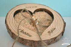 Porta-alianças tronco madeira para casamentos Place Cards, Madeira Natural, Place Card Holders, Wedding, Cushion Wedding Bands, Wedding Things, Organized Desk, Decorated Picture Frames, Diy And Crafts