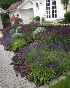 8 Flower Landscape Ideas For Your Garden – Garden Ideas 101 Front Yard Landscaping, Backyard Patio, Back Gardens, Outdoor Gardens, Flower Bed Designs, Flower Landscape, Beautiful Gardens, Amazing Gardens, The Ranch