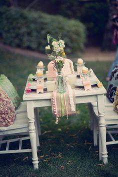 camino de mesa y botellas de cristal
