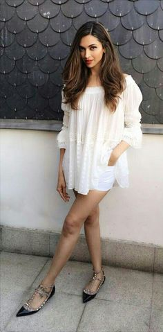 Deepika padukone in small white dress, exposes her Sexy legs – Hot and Sexy Actress Pictures Trendy Dresses, Elegant Dresses, Nice Dresses, Short Dresses, Bollywood Celebrities, Bollywood Fashion, Bollywood Stars, Bollywood Actress, Look Fashion