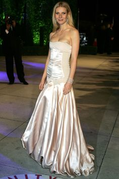 32 sexiest oscar dresses of all time - sexy gown looks at academy awards Floral Evening Gown, Silk Evening Gown, Gwyneth Paltrow, Fall College Outfits, Sexy Gown, Oscar Dresses, Red Carpet Gowns, Vanity Fair Oscar Party, White Gowns