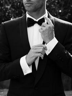 Dale un toque extra de elegancia a un traje con un corbatín sobrio.