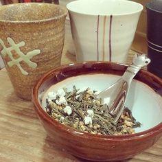 @tevallegourmet  Si hay un elemento que acompaña al #té desde su origen es la #cerámica. Los recipientes donde se hace el té y donde se bebe son tan importantes como la #calidad del té... Estos son unos #vasos de la colección #zen #japon y el té es un #genmaicha #arroz #integral tostado con un #sencha exquisito perfecto para disfrutarlo a lo largo del día. Muy bajo en #teina. #arigatou #japanlover #teatime #meditation #nature #slowrevolution #malasaña #ceramics #handthrownceramics #handmade…