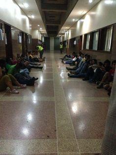 "RT:""@Carol Van De Maele Van De Maele Toothaker: Tribunales de #Venezuela llenos de estudiantes y calles llenos de criminales pic.twitter.com/VG3qTSo0uE"""