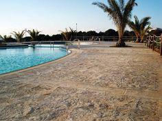 Spettacolare #effetto #roccia per il #Pavimento #Stampato che circonda la #piscina.  www.idealwork.it