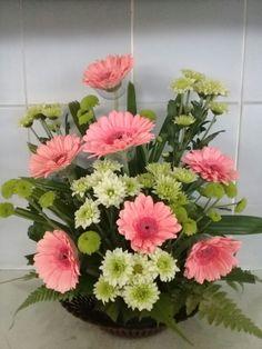 #DisenodeJardines Basket Flower Arrangements, Altar Flowers, Church Flowers, Funeral Flowers, Silk Flowers, Floral Arrangements, Contemporary Flower Arrangements, Beautiful Flower Arrangements, Beautiful Flowers