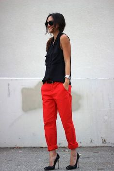 A full guide on ways how to wear red pants for women. You are about to find lots of easy to copy outfit ideas with red pants. Stylish Work Outfits, Casual Outfits, Cute Outfits, Fashion Outfits, Stylish Clothes, Fashion Scarves, Casual Wear, Outfit Pantalon Rojo, Work Fashion
