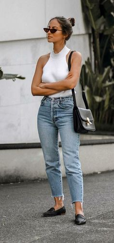 Look com calça mom jeans regata branca e sapatilha preta. The post Look com calça mom jeans appeared first on Best Jean. Outfit Jeans, Mom Jeans Outfit Summer, Ripped Boyfriend Jeans Outfit, Boyfriend Style, Casual Outfits, Cute Outfits, Fashion Outfits, Fashion Ideas, Woman Outfits