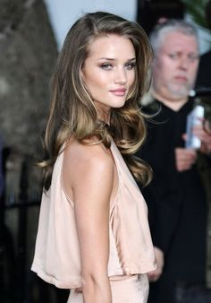 I want my hair to look like this! (but blonde, of course) I want my hair to look like this! Rosie Huntington Whiteley, Rosie Whiteley, Twisted Hair, Corte Y Color, Braut Make-up, Looks Street Style, Great Hair, Hair Dos, Gorgeous Hair
