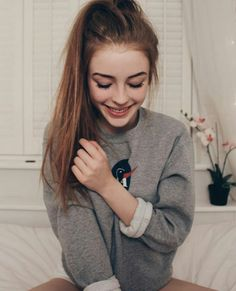 Autumn Photography, Photography Poses, Amelia Gething, Selfie Posen, Girls Lipstick, Best Photo Poses, Foto Casual, Stylish Girl Pic, Creative Portraits