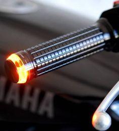 Les Clignotants Motogadget M-Blaze Disc font partie de la dernière génération de clignotants de la marque allemande réputée pour ses équipements de qualité. Ces clignotants embouts de guidon de la plus grande discrétion à l'arrêt se montrent extrêmement lumineux grâce à la technologie TranzLight ®. En combinaison des poignées M-Grip, les M-Blaze confèrent un style unique et harmonieux.