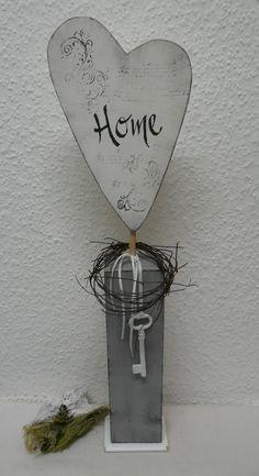 Holz Herz in Used Optik mit Rebenkranz und Dekoschlüssel. Das Herz wurde mit weißer Kreidefarbe bemalt