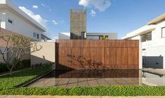 O projeto desta casa tirou partido do declive do lote situado em um condomínio fechado de Brasília
