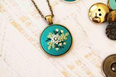 Handbestickt Halskette Anhänger - Bouquet von blau, braun und grün Blumen Wildflower - Petrol / Türkis Blau - Antiqued Bronze Gold Silber