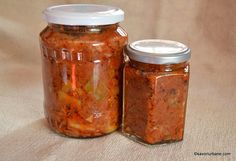 borcane cu zacusca de casa de dovlecei sau fasole pastai teci Romanian Food, Romanian Recipes, Mason Jars, Winter, Baking, Saveur, Green, Romania, Preserves