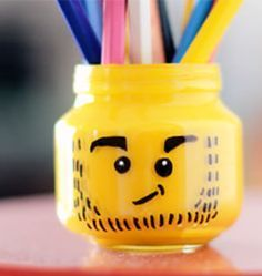 Vous aimez les legos au point de faire un DIY sur les legos et bien vous êtes comme plusieurs personne que je connais! Pour se magnifique DIY il vous faudra: *un pot maçon de grandeur petite. *de peinture jaune. *d'un pinceau  *de crayon sharpie (crayon permanent) *de beaucoup de patience car le séchage est plutôt long! Sur ce bonne chance!!!