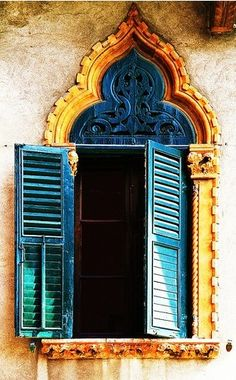 Amazing color contrast.   Moroccan style