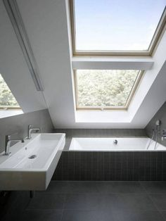 Small Bathroom Design Trends and Ideas for Modern Bathroom Remodeling Projects - Dachgeschoss - Bathroom Decor Small Attic Bathroom, Loft Bathroom, Modern Bathroom, Vanity Bathroom, Sloped Ceiling Bathroom, Slanted Ceiling, Narrow Bathroom, 1950s Bathroom, Bathroom Vintage
