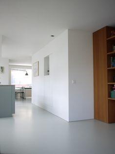 In samenwerking met een toonaangevendebinnenhuisarchitect heeft Van Hollandse Bodem deze prachtige naadloze gietvloer gemaakt. De vloer creëert in samenspel met het minimalistische interieur een prachtige eenheid. Om de vloer wand aansluiting strak te accentueren is er gekozen voor een kleine RVS plintafwerking.#gietvloer