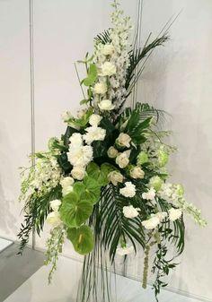 Klassieke driehoek op lijn Altar Flowers, Church Flowers, Wedding Flowers, Wedding Day, Floral Arrangements, Flower Arrangement, Flower Art, Floral Design, Plants