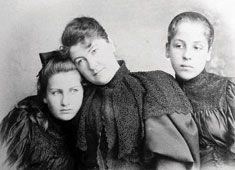 Alma und Grete mit Mutter Anna Moll (geb. von Bergen, verwitwete Schindler)