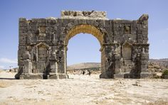 Discover the ancient roman city of Volubilis, Morocco. Learn its history and discover all the main ruins to see inside this ancient site! Volubilis, Casablanca, Marrakech, Jardim Majorelle, Architecture Romaine, Empire Romain, Site Archéologique, Roman City, Triomphe