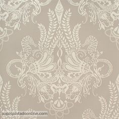 Papel Pintado Vallila Sarastus 5144-1 con dibujos de estilo floral en forma de rombo acompañados por dibujos de caballitos de mar en color crema sobre fondo color gris/arena.