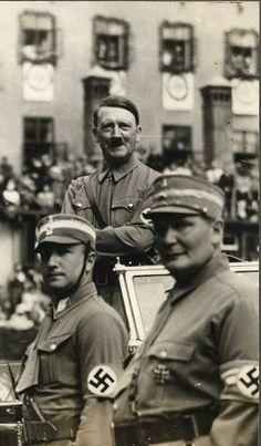 Göring (abajo a la izquierda), en un desfile presidido por el «führer» en 1936