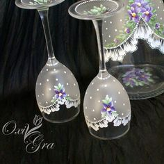 I'd use black sea glass effect with bold black for a vintage dress feel instead of wedding feel. Lace Painting, Bottle Painting, Bride And Groom Glasses, Pintura Country, Paint Designs, Wine Glass, Sea Glass, Decoupage, Hand Painted