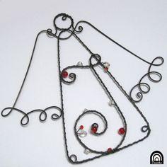 Anděl - osobní, s monogramem Drátovaný andílek se zdobeným monogramem (Monogram, z řec. monos, jeden, a gramma, písmeno, znamená zkratku vlastního jména, často dekorativně graficky upravenou.)  Rozměry: různé podle typu andílka (15-20cm), taky podle přání :-)  Andílek je vyroben z černošedého železného drátu, proti reznutí je ošetřen olejem. Korálky jsou ...