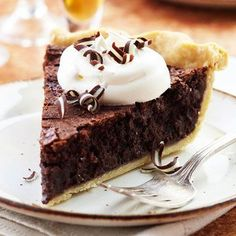 Peppermint Brownie Pie Can't find mint-flavored pieces? Use regular chocolate chips and add ½ teaspoon peppermint extract to the batter. Best Dessert Recipes, Pie Recipes, Fun Desserts, Baking Recipes, Potluck Recipes, Holiday Pies, Christmas Desserts, Christmas Baking, Christmas Pies