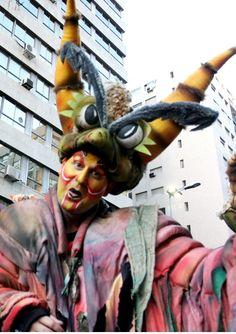 El Carnaval en la capital de Uruguay, Montevideo, es una fiesta popular de carácter nacional que se realiza todos los años entre mediados de enero y finales de febrero. El Carnaval de Montevideo es el de mayor duración en el mundo. A lo largo de 40 días, los uruguayos disfrutan de los desfiles y la música que inundan las calles de su capital. - Brian Cade Montevideo, Mardi Gras, Festivals, Theater, Celebrations, Popular, Country, Hair Styles, Beauty