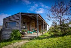 The Hop Shack is an upcycled static caravan clad in local timber & recycled corrugated tin. Caravan Living, Caravan Home, Caravan Decor, Caravan Ideas, Caravan Makeover, Caravan Renovation, Eco Cabin, Cabin Homes, Tiny Homes