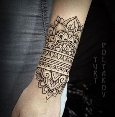 Tatouage cool, tatouage henné, tatoo poignet, tatouage dentelle, tatouage f Tattoos Mandalas, Mandala Wrist Tattoo, Forearm Tattoos, Foot Tattoos, Body Art Tattoos, Sleeve Tattoos, Tattoo Arm, Mandala Sleeve, Ankle Cuff Tattoo
