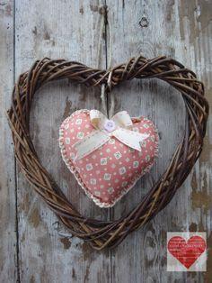 Cuore in vimini con decorazione in tessuto e feltro