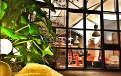 """NANTES Le LAB est un ancien chai, transformé en loft, avec goût et idées. Situé en plein centre ville à 7mn à pieds des """"machines de Nantes"""" et de la place Graslin. Situé au calme du bout d'une impasse, ce bâtiment atypique de 350 m2 est divisé en deux lofts séparé par un patio de 60 m2. Son cadre vous dépaysera instantanément. Magique pour un diner d'anniversaire, un mariage ou un baptême. Idéal pour un cocktail, calme pour un séminaire, valorisant pour une présentation de produits..."""