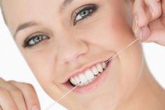 4 alimentos malos para la salud bucal. Seguramente habrás escuchado alguna vez el refrán que dice que es mejor prevenir que lamentar. Esta enseñanza se aplica perfectamente al ámbito de la salud bucal, pues existen una gran cantidad de hábitos dañinos para nuestros dientes que perfectamente podríamos evitar. Entre ellos, encontramos 4 alimentos que, si no son ingeridos con moderación, pueden erosionar nuestros dientes, desgastar el esmalte dental y favorecer la aparición de caries.