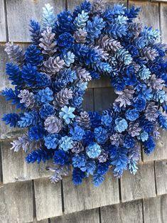 Pine Cone Art, Pine Cone Crafts, Wreath Crafts, Diy Wreath, Pine Cones, Pine Cone Wreath, Paper Crafts, Classy Christmas, Blue Christmas