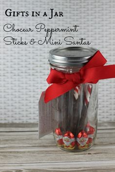 {Gifts in a Jar} Choceur Peppermint Sticks & Mini Santas - easy and inexpensive using ingredients found at ALDI!