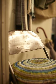 Basic & Natuurlijk ? gele wand en bruine stoel Styling with style ...