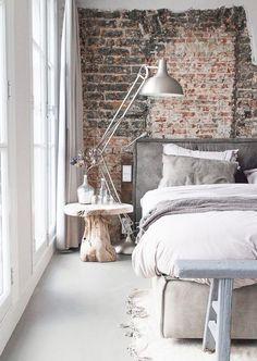 dormitorio estilo vintage boho, mesita tronco de madera / lámpara de pie tipo flexo en gris acero