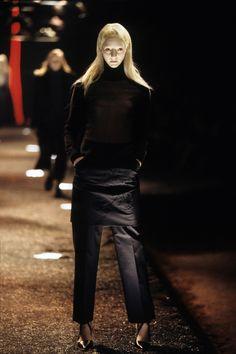 Alexander McQueen Fall 1998 Ready-to-Wear Fashion Show - Sunniva Stordal Bjorklund 90s Pants, Alexander Mcqueen Savage Beauty, Become A Fashion Designer, Fashion Show Collection, Dark Fashion, British Style, Timeless Fashion, Runway Fashion, Ready To Wear