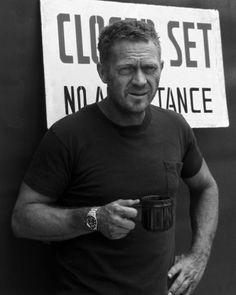 Steve McQueen, de son vrai nom Terence Steven MacQueen — né le 24 mars 1930 à Beech Grove dans l'Indiana aux États-Unis, et mort le 7 novembre 1980 à Ciudad Juárez au Mexique —, est un acteur, producteur, pilote automobile et pilote de moto américain. Ses rôles d'anti-héros font de lui une icône de la contre-culture. En 1974, il est la star du cinéma la mieux payée au monde.