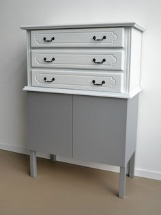 OUD NeW! cabinet 6 --  Old top cabinet: 3 drawers, black handles, white painted cabinet    New base: silver sprayed mdf, 2 push doors