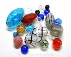 Stock di Perle in vetro soffiato tondo, fatte a mano di diversi colori e componenti per bigiotteria. Prezzo del lotto € 990,00. Il lotto è composto da: 1000 confezioni di componenti per bigi...