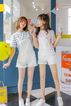 Pastel T-shirt + short frog pants + white sneakers + hands fan w friend look so adorable Pastel Fashion, Kawaii Fashion, Cute Fashion, Girl Fashion, Ulzzang Fashion, Kpop Fashion, Asian Fashion, Teen Fashion Outfits, Girl Outfits